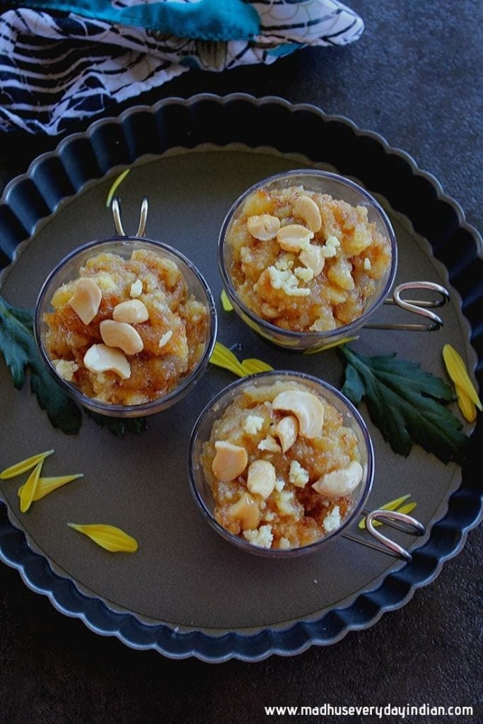 bread halwa served in small glass bowls with cashew