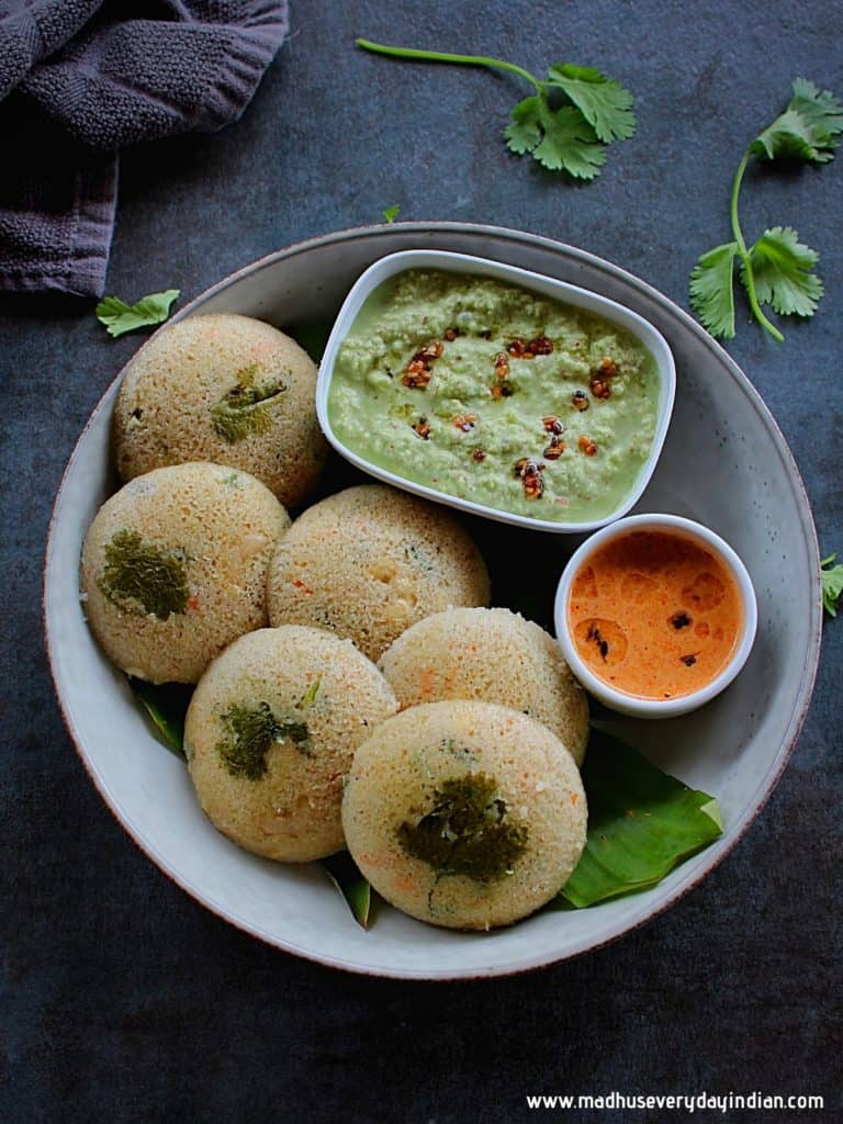 steamed oats idli served with coocnut chutney and tomato chutney
