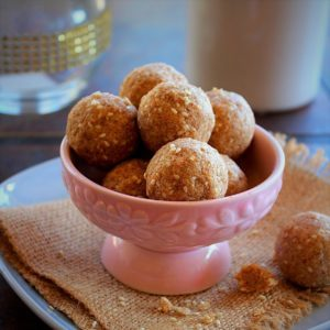 sesame seeds ladoo arranged in a cute pink bowl